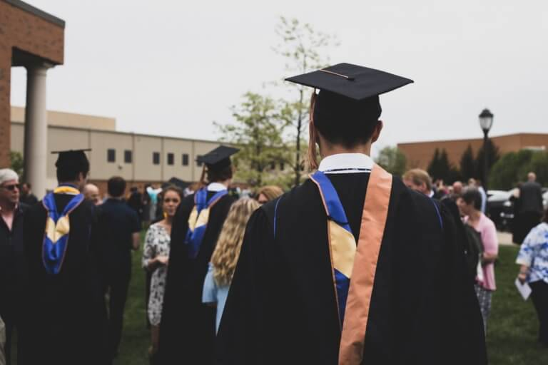 What to wear to a graduation ceremony featured image - Femrico